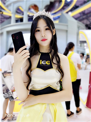 荣耀Play酷玩版亮相CJ现场,红黑战神所向披靡