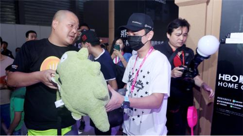 王思聪逛ChinaJoy 游族展台喜提《权力的游戏》龙蛋周边
