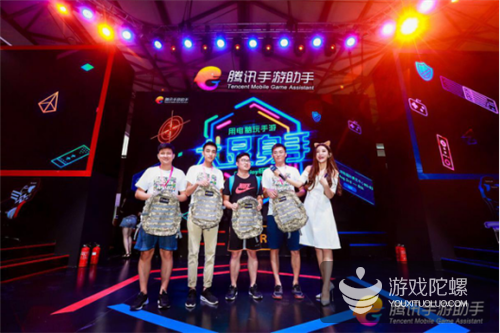 """Chinajoy游戏主播与观众现场battle  腾讯手游助手""""大屏走位""""秒杀敌军"""