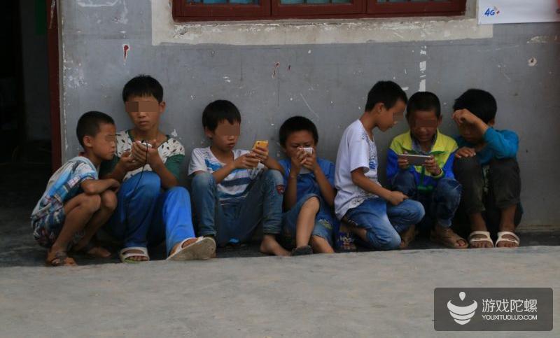 电子产品畸形现象:低收入家庭的孩子依旧更可能利用网络来打游戏