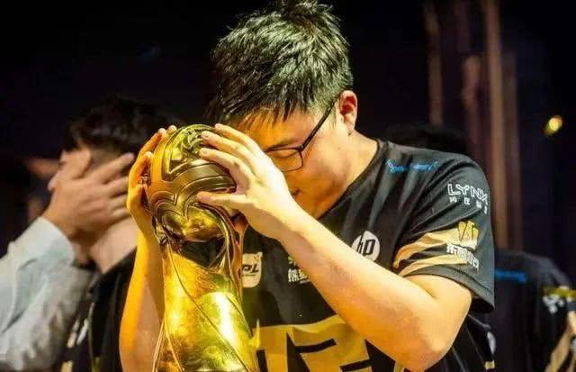 RNG官微宣布:Uzi今日起正式退役
