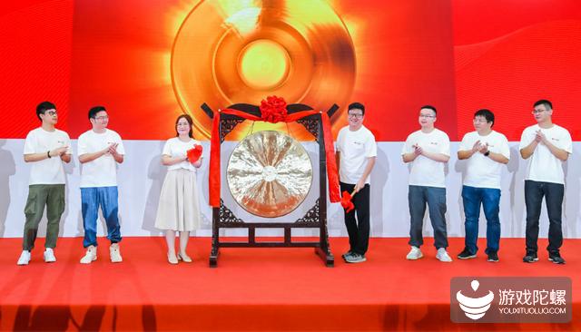 网易上市首日收盘涨5.69%报130港元,CEO丁磊身家逼近2000亿港元