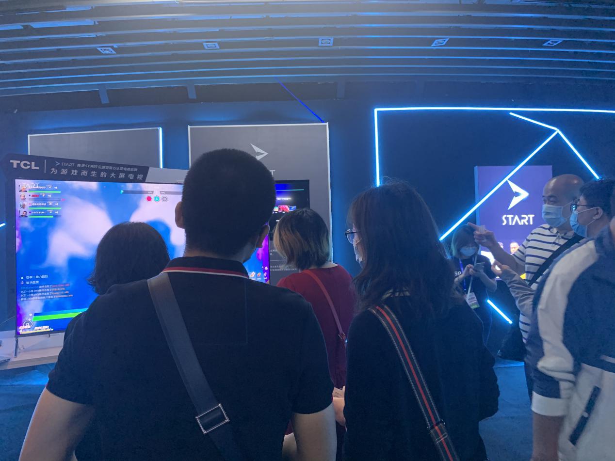 一群人站在屏幕前  描述已自动生成