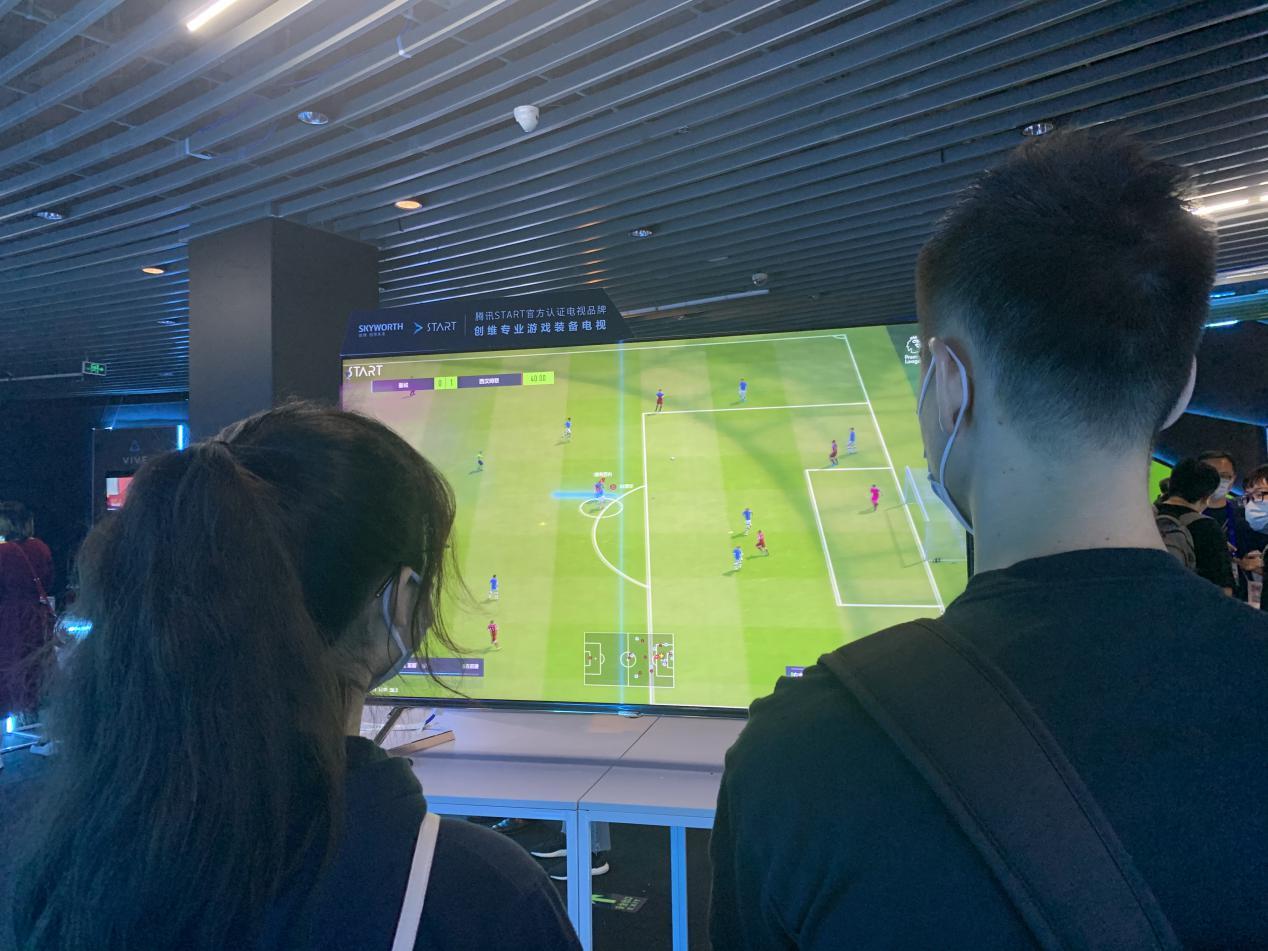 人们在房间里玩体感游戏  描述已自动生成