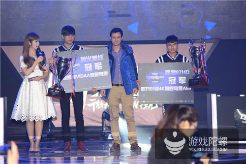 游戏风云总经理邓溯锐为两位冠军颁奖