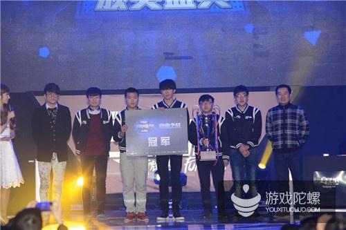 炫彩互动COO李植与若风为《自由之战》全国冠军颁奖